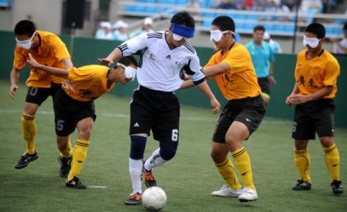 团队拓展训练之盲人足球