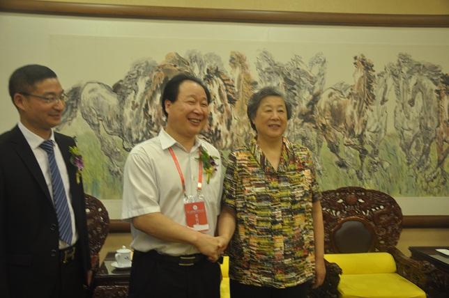十一届全国政协副主席张榕明同志与胡兆荣所长在大会上