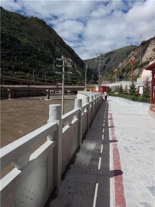 甘孜河道青石栏杆项目